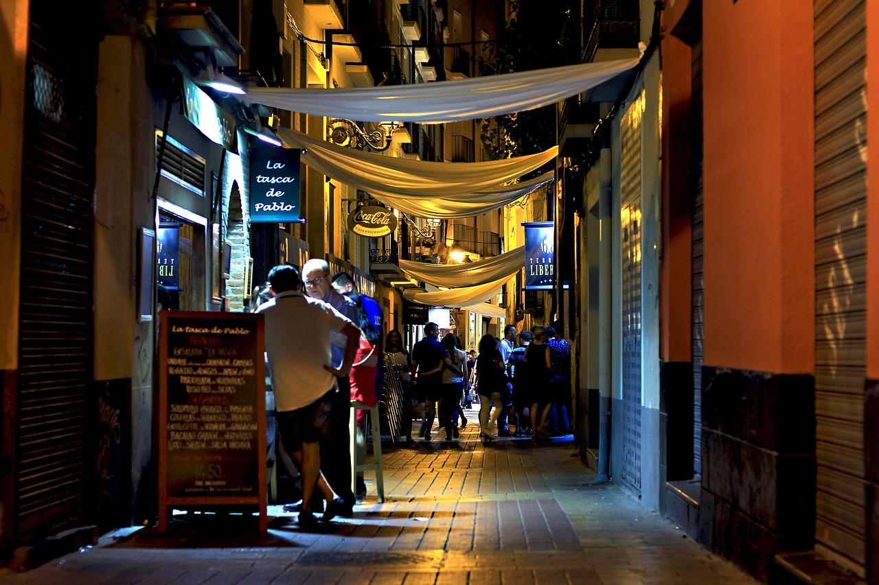 Spanische Straße mit Bars